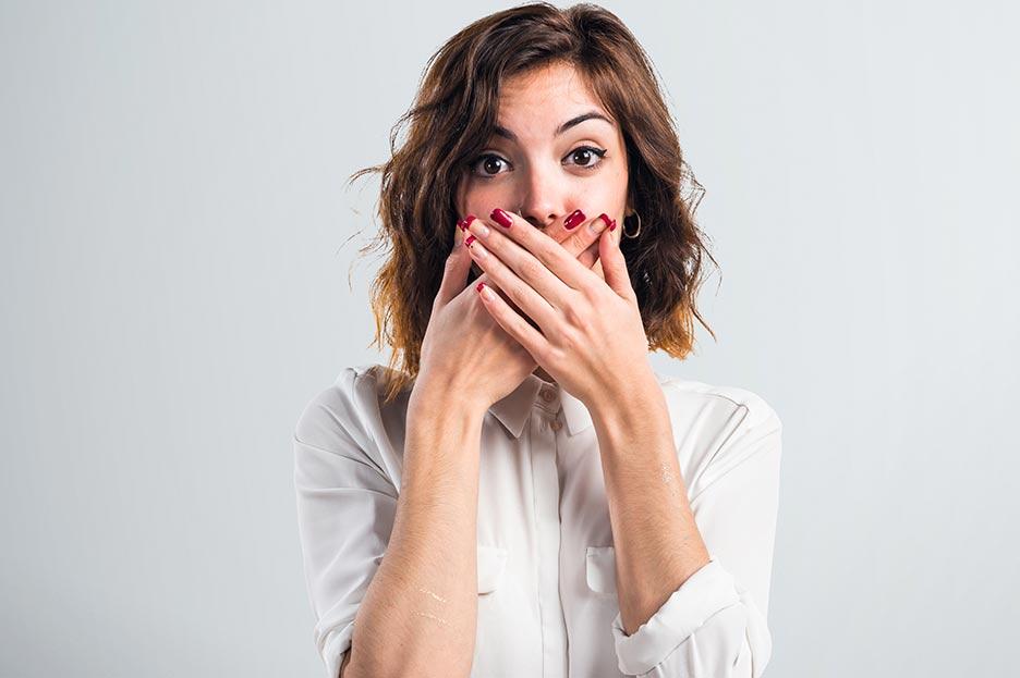 problemas de higado provoca mal aliento